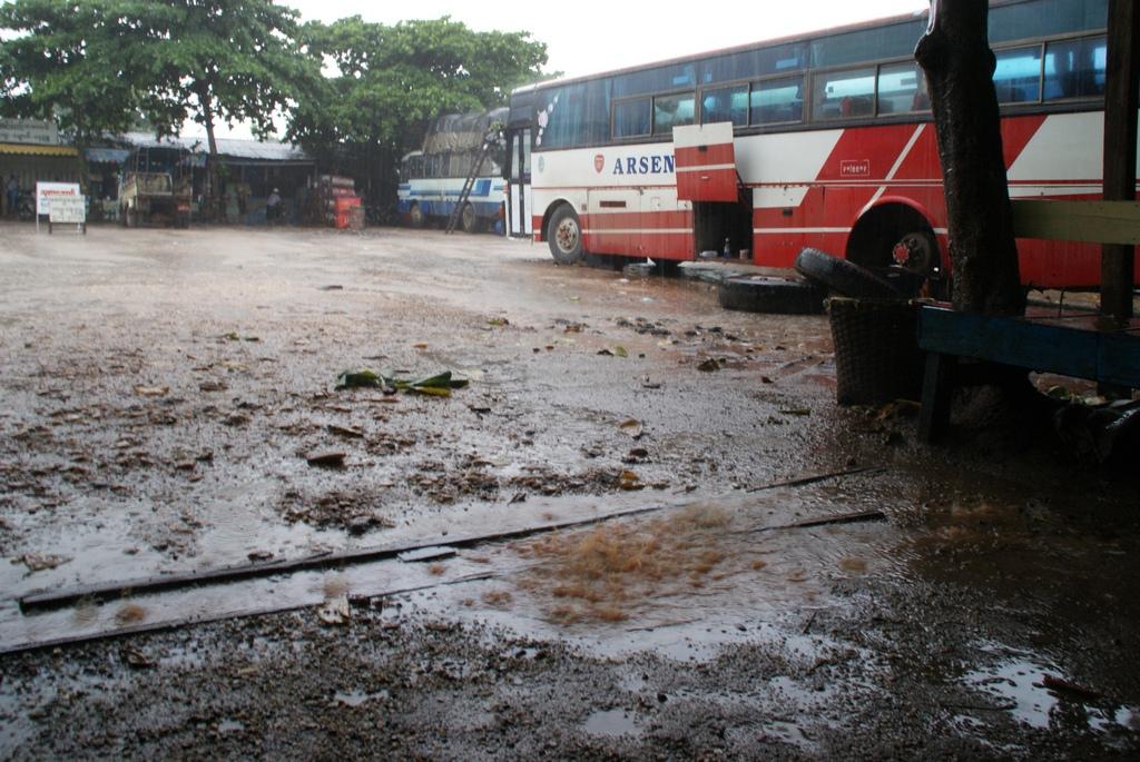 gare routiere sous la pluie
