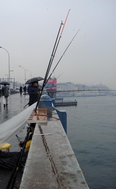 pecheurs sur le pont Galata Istanbul. ma route de la soie