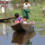 Enfant en ballade en pirogue sur les canaux