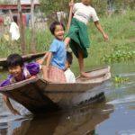 Enfants en ballade en pirogue sur les canaux
