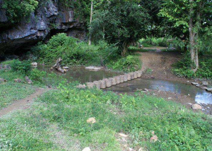 pont improvisé sur une riviere