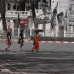 bonze qui traverse laos