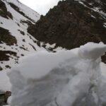 mur de neige le long de la route