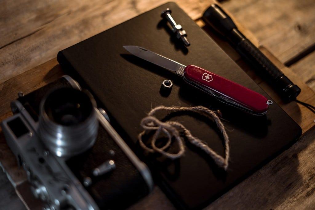 partir seul en voyage couteau suisse